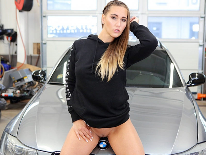TmwVRnet Hot Babe Gets Naked and Horny in a Car Shop May 11, 2018 [SITERIP TEENMEGAWORLD.NET H.264 VIDEO]