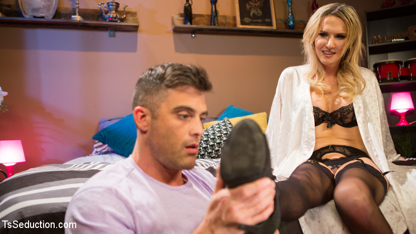 Kink.com tsseduction Pervert Mouth: Kayleigh Coxx Catches a Peeping Tom with a Foot Fetish.  WEBL-DL 1080p mp4 Siterip RIP