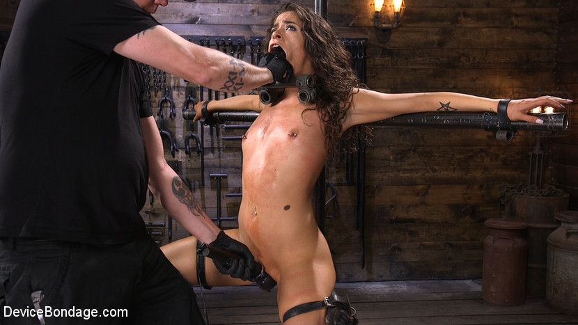Kink.com devicebondage Seductive Slut Victoria Voxxx Needs It All  WEBL-DL 1080p mp4